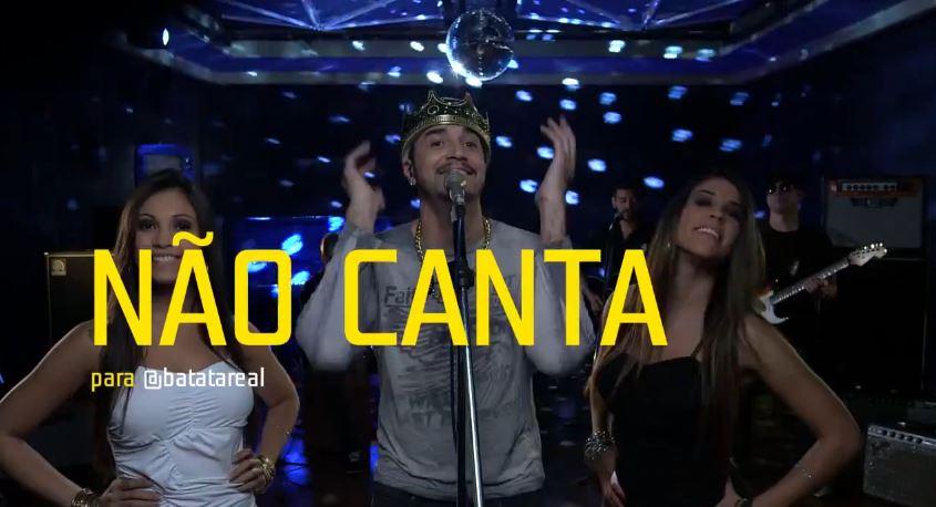 Latino atende a pedido de internautas e não canta nada em ação da TIM