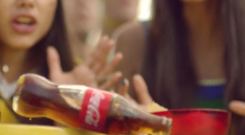 Coca-cola anúncio garrafa cenográfica destaque geek publicitario
