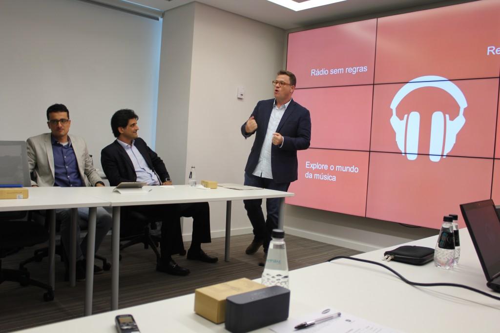 Ady Harley, do Google apresenta o serviço de streaming na sede da Samsung. Ao lado dele estão o vice-presidente da área de dispositivos móveis da marca sul-coreana, João Pedro Flecha de Lima (no meio), e o diretor do Media Solution Center da Samsung para a América Latina, Fabio Croitor (Foto: Tassia Moretz/TechTudo)