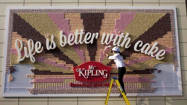 Doceria Mr. Kipling cria outdoor sensacional com 13 mil pedaços de bolo para ação de degustação
