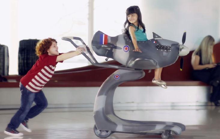 Em homenagem ao Dia das Crianças, TAM transforma carrinhos de bagagens em réplicas de aviões