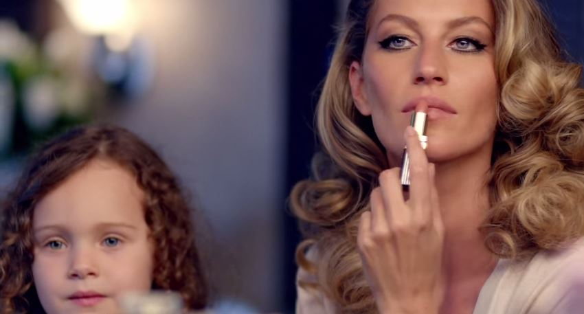 channel-number-five-numero-5-passando-batom-gisele-bundchen-blog-geek-publicitario