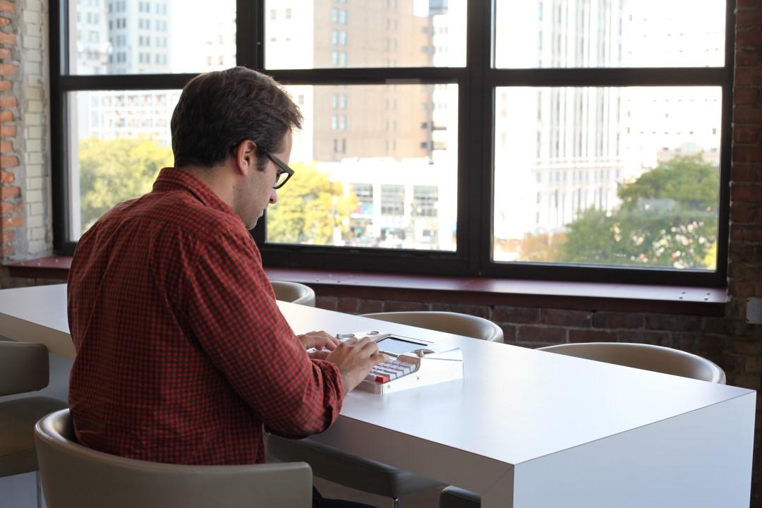 hemingwrite-maquina-de-escrever-tela-e-ink-em-uso-2-blog-geek-publicitario