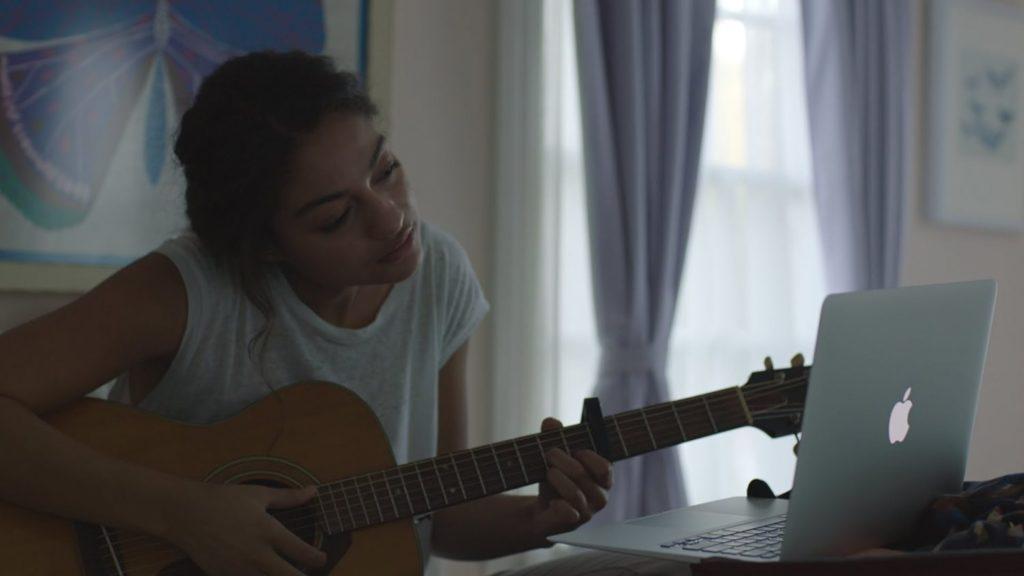 Apple aposta no poder da música para emocionar em comercial de Natal