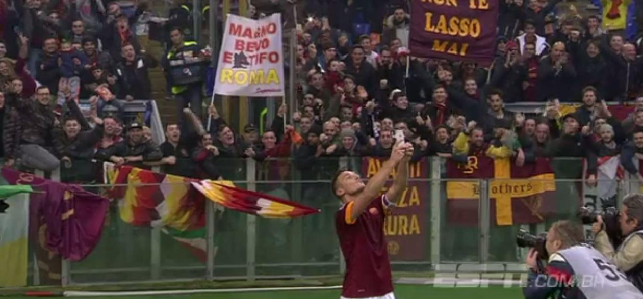 francisco-totti-selfie-torcida-jogo-futebol-roma-lazio-blog-geek-publicitario