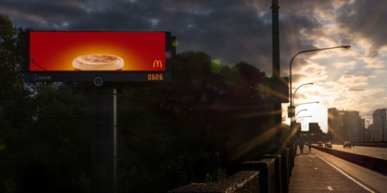 mc-donalds-outdoor-digital-inteligente-anuncio-cafe-da-manhã-agencia-cossete-geek-publicitario1