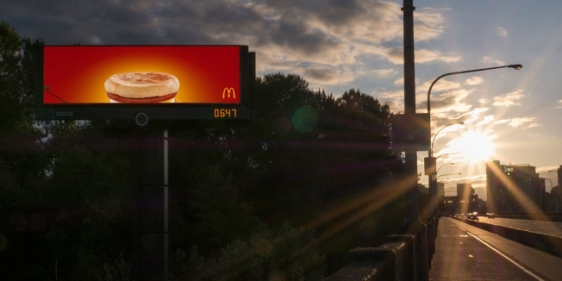 mc-donalds-outdoor-digital-inteligente-anuncio-cafe-da-manhã-agencia-cossete-geek-publicitario2
