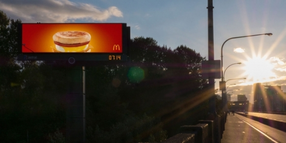 mc-donalds-outdoor-digital-inteligente-anuncio-cafe-da-manhã-agencia-cossete-geek-publicitario3