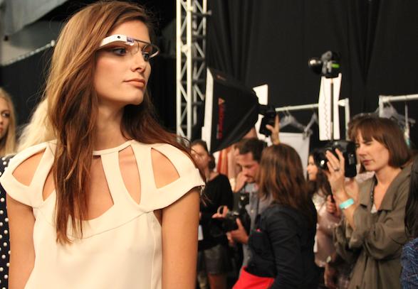 Modelo utiliza Google Glass em Semana de Moda de NY