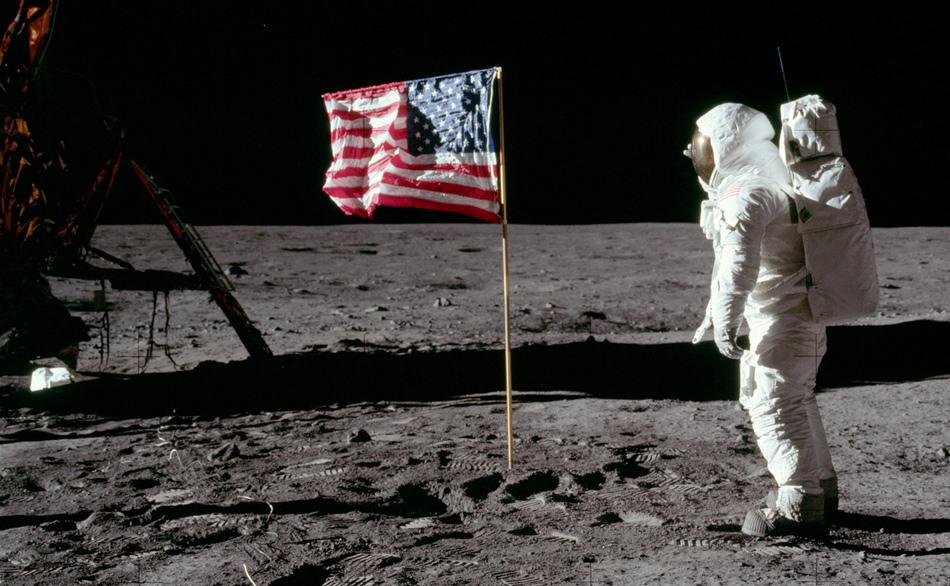 homem-na-lua-bandeira-estados-unidos-america-blog-geek-publicitario