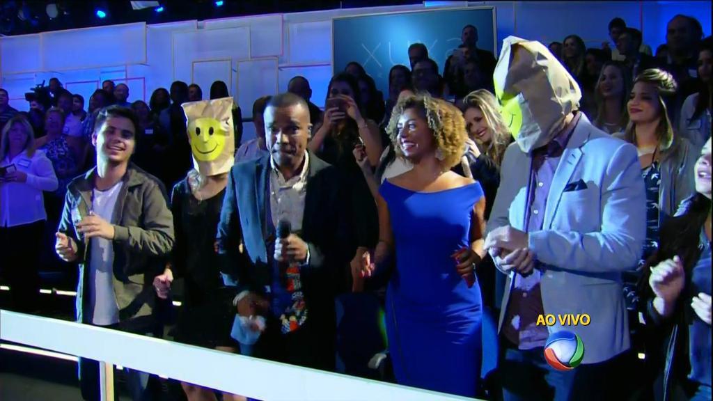 Dois figurantes com um saco de papel na cabeça representaram os convidados negados pela Globo para comparecerem à estreia da Xuxa na Record.