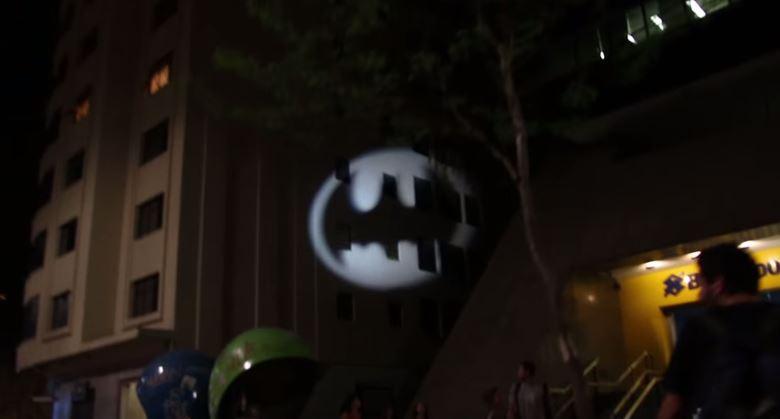Panini projeta Bat-Sinal em ruas de SP para promover Batman Day