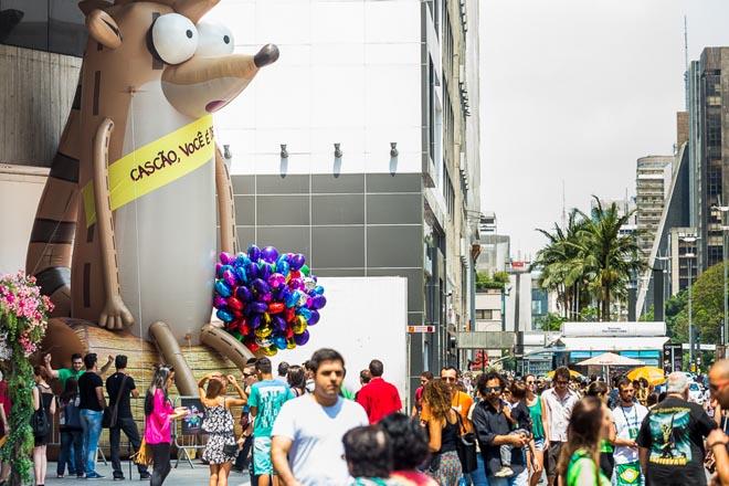SAO PAULO, SP, BRASIL, 2015-10-17: Rigby do Cartoon Network em acao de marketing dos 80 anos do Mauricio de Sousa. (Foto: Henrique Manreza)