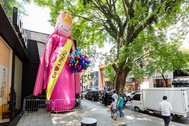 SAO PAULO, SP, BRASIL, 2015-10-17: Princesa Jujuba do Cartoon Network em acao de marketing na Rua Oscar Freire em comemoracao dos 80 anos do Mauricio de Sousa. (Foto: Henrique Manreza)