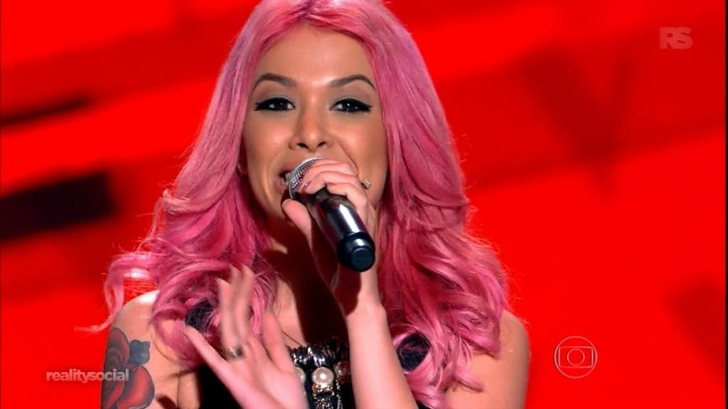 Nikki foi a primeira a se apresentar e já conseguiu chamar a atenção com uma bela voz e um cabelo nada discreto.