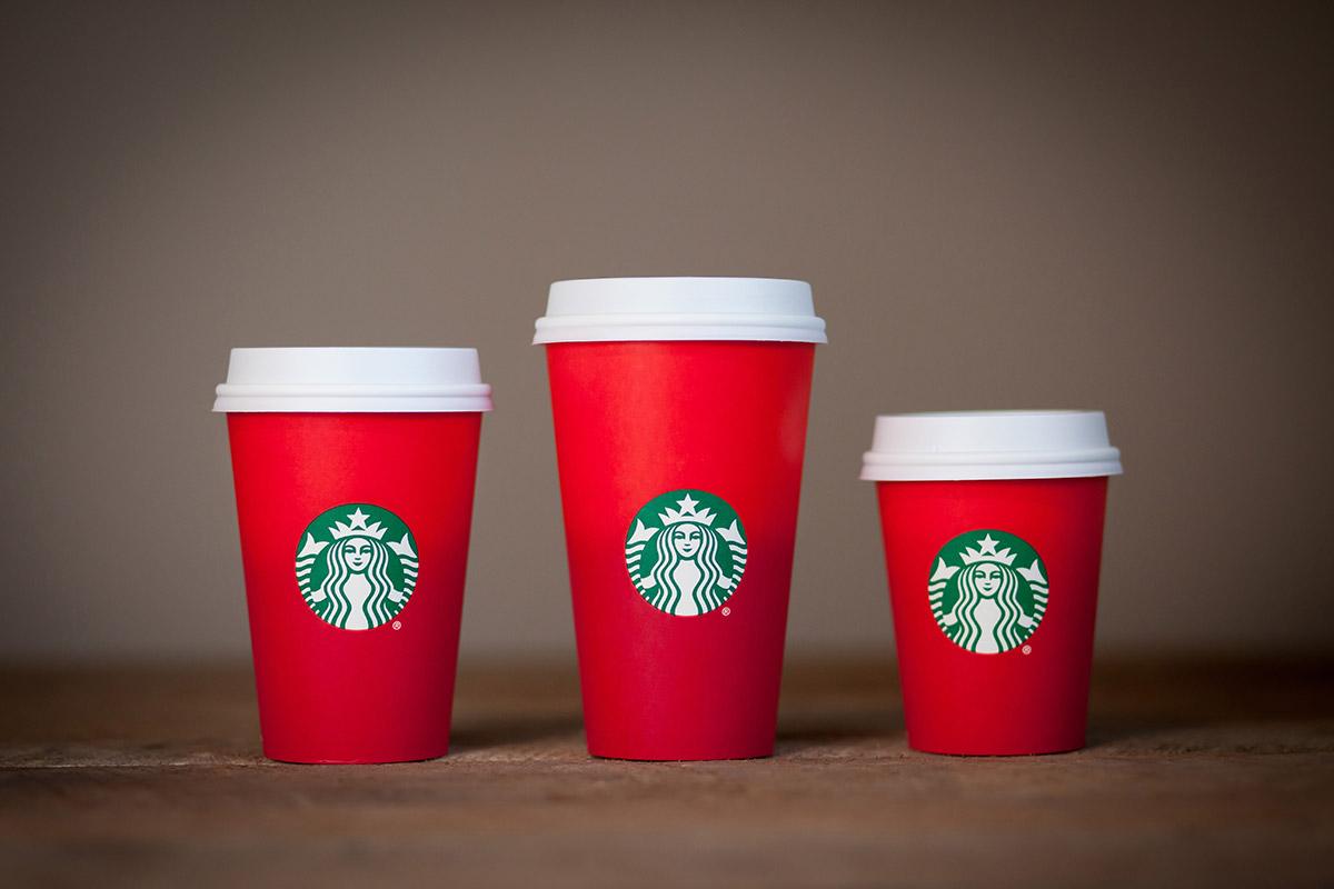 copos-vermelhos-starbucks-espirito-natal-esquerda-pt-blog-geek-publicitario