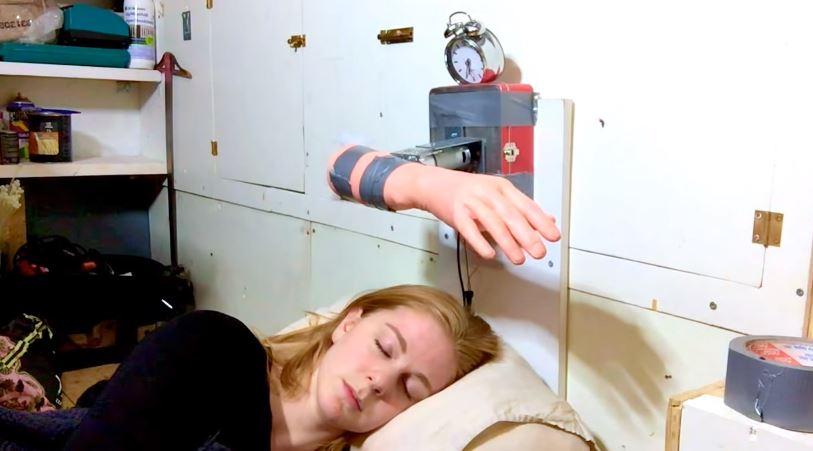 Este despertador te acorda com uma sequência de tapas na cara