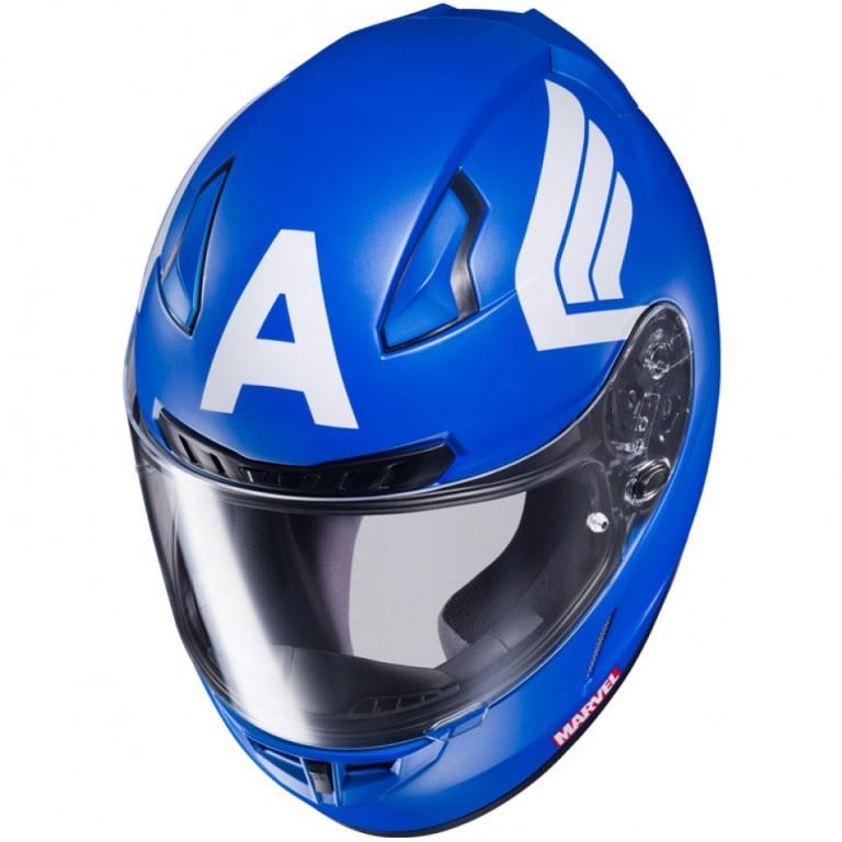 Seguindo a regra original do azul da bandeira americana o capacete do Capitão America tem os detalhes das assas nas laterias e o escudo atrás.
