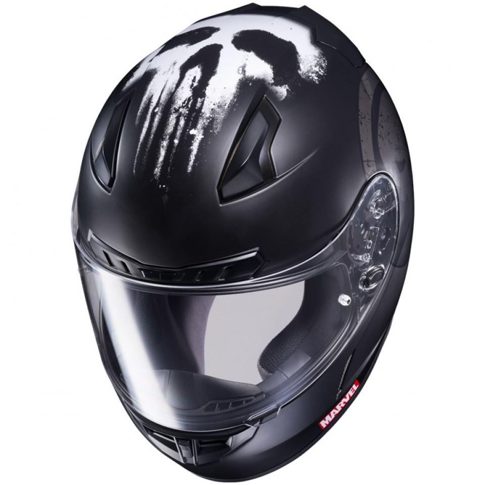 O capacete do Justiceiro é de um preto brilhoso com o símbolo que o representa nos altos.