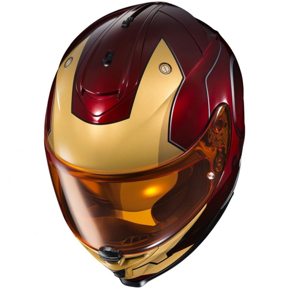 O capacete do Homem de Ferro dá alusão ao metal