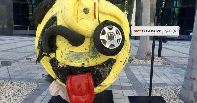 Este carro batido foi transformado em emoji para alertar contra texto e direção