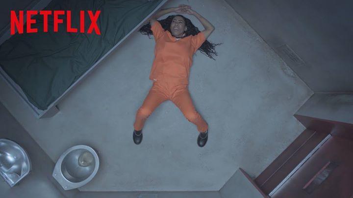 Inês Brasil em presídio de Orange is the New Black para promover 4ª temporada