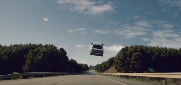 Renault Logan alça voos em novo comercial