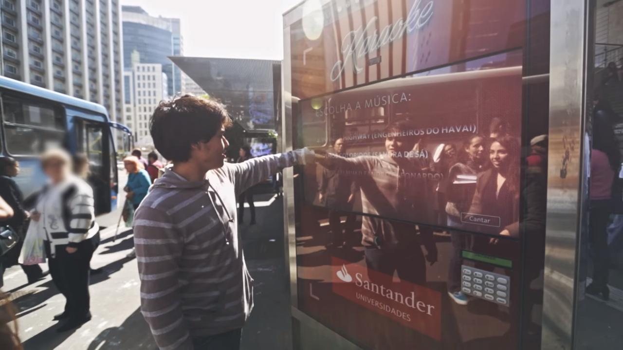 Ação do Santander transforma pontos de ônibus em pontos de experiências. A proposta era transformar pontos de ônibus em locais criativos de interação.