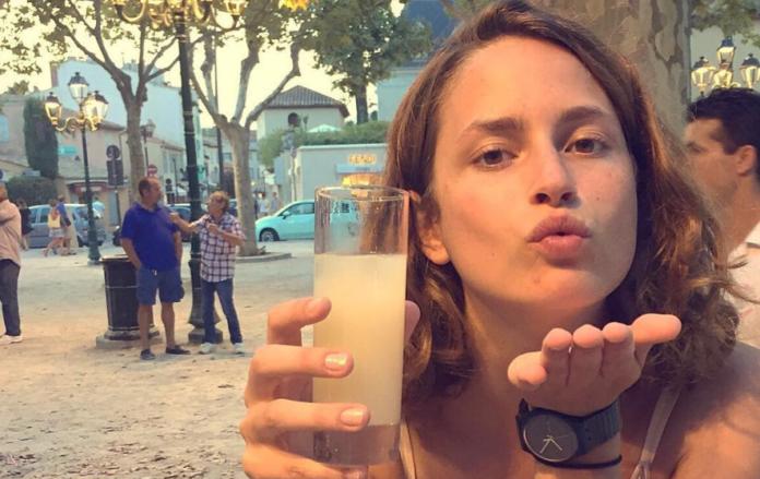 A influenciadora digital, Louise Delage, tinha 71 mil seguidores no instagram e nenhum deles notou o detalhe mais importante de suas fotos.