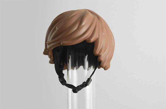 Estudantes criam capacete em forma de cabelo LEGO para ciclistas