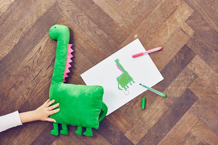 ikea-desenhos-pelucias-criancas-dragossauro
