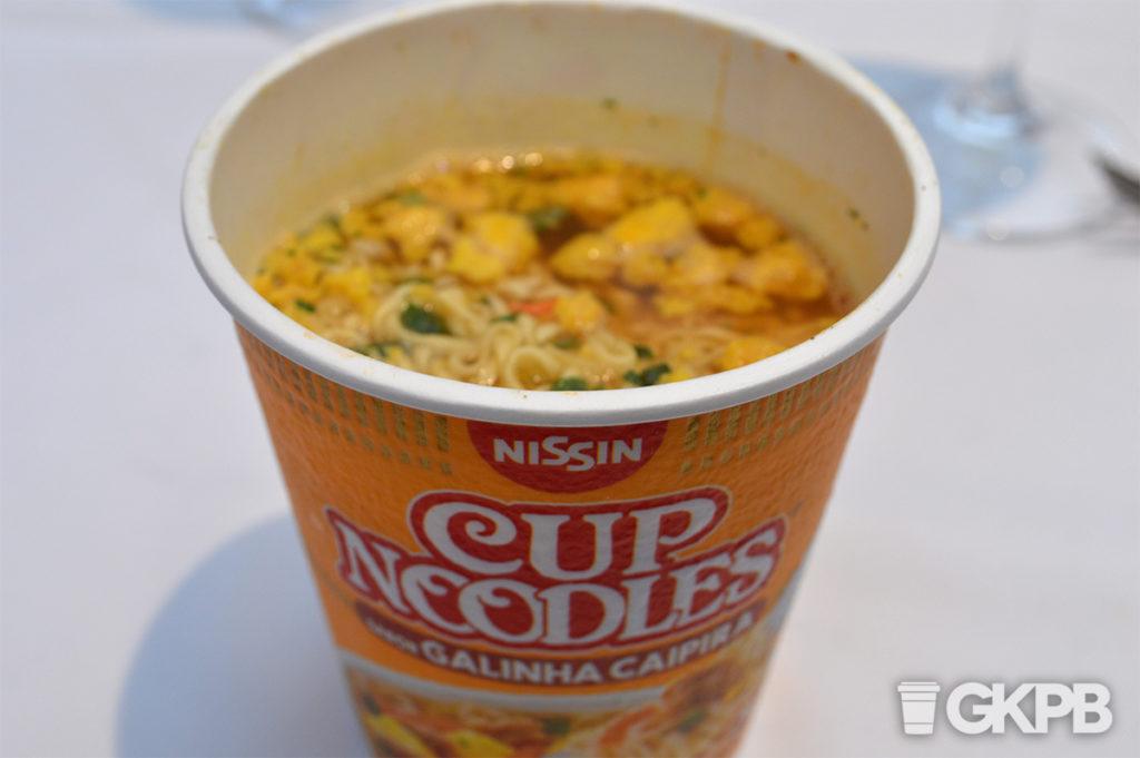 novo-cup-noodles-galinha-pronto