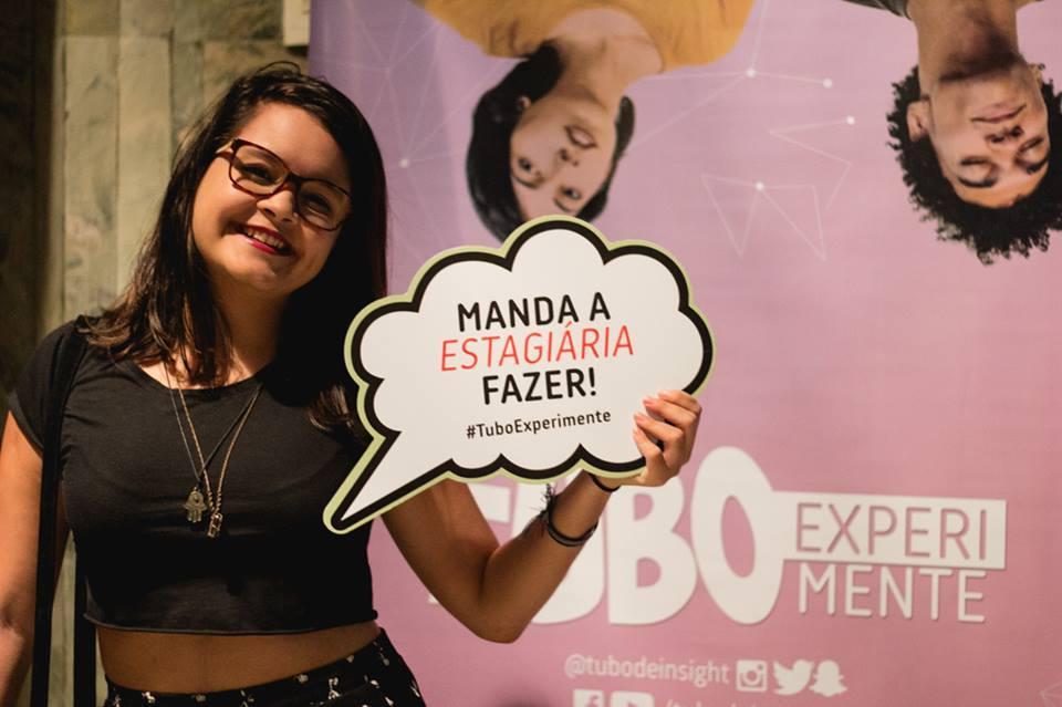 """Marcela Virães, da esquipe de Social Media, no segundo Tubo Experimente de 2016, que carregou o tema: """"Profissão: estagiário – como lidar com as loucuras entre a faculdade e a carteira assinada"""""""