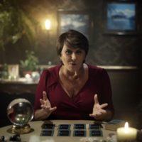 Sensitiva Marcia Fernandes faz previsões pra 2017 em comercial de Sense8