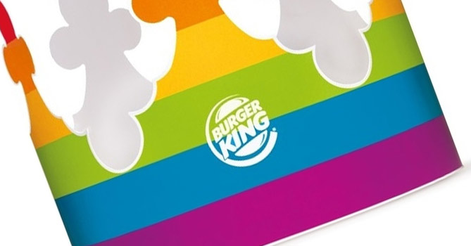 Coroa do Burger King assume cores do arco-íris para parada gay de SP