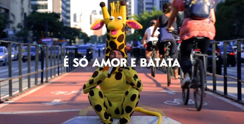 """Giraffas divulga vídeo distribuindo """"amor e fritas grátis"""" na Black Friday"""