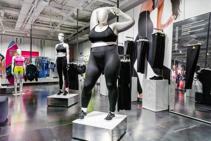 Manequim plus size dentro de loja da Nike