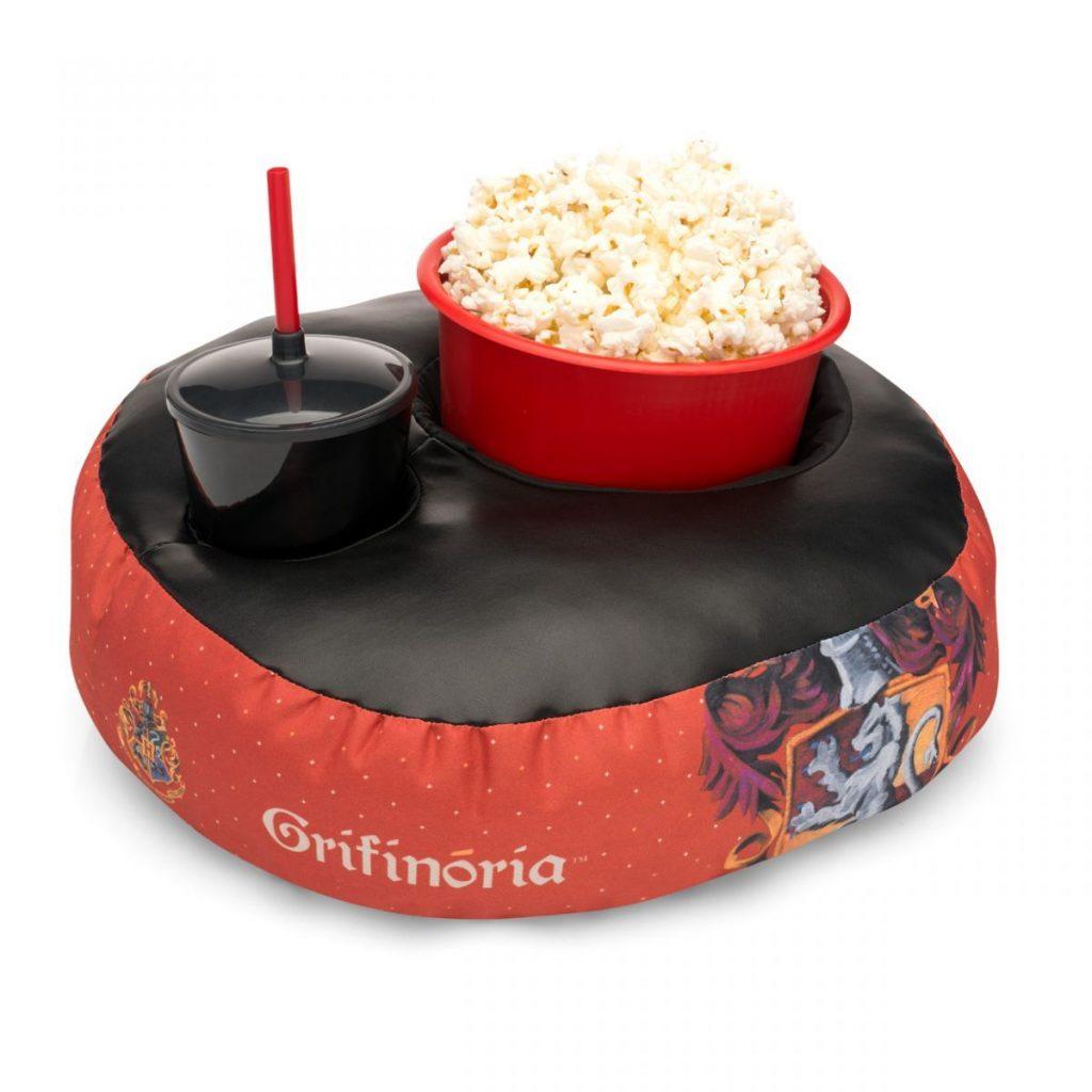 Kit contendo uma almofada com um copo e um balde dentro com temática de Grifinória