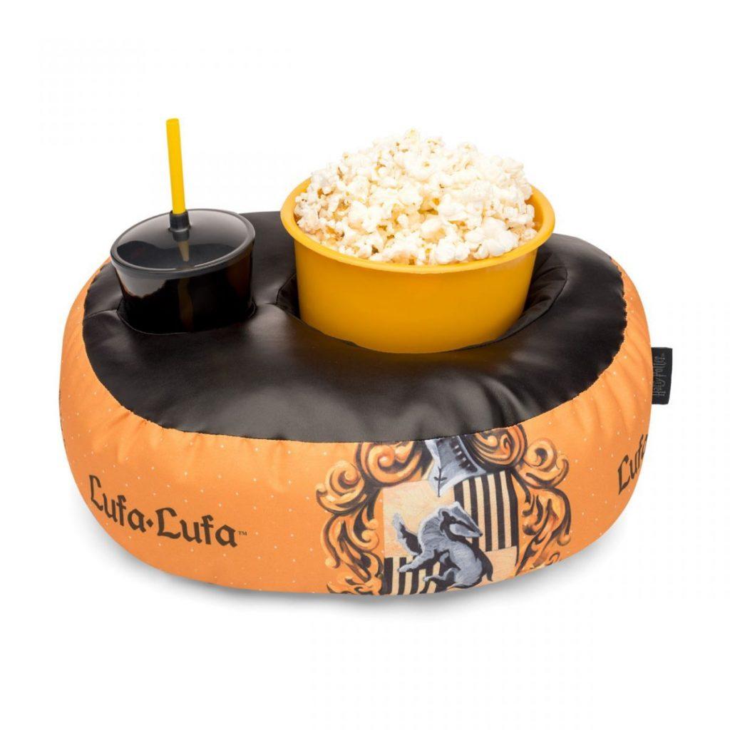 Kit contendo uma almofada com um copo e um balde dentro com temática de Lufa Lufa