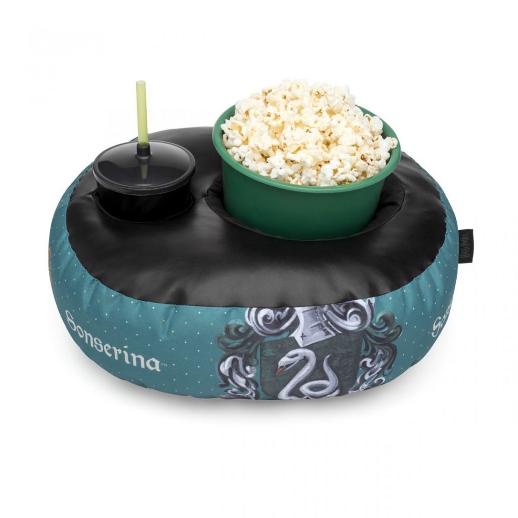 Kit contendo uma almofada com um copo e um balde dentro com temática de Sonserina