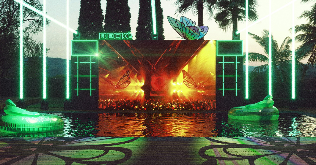Foto de uma House of Tomorrowland, que mostra piscina com telão para curitr festival Tomorrowland