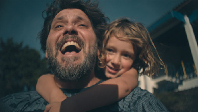 Pai e filha brincando