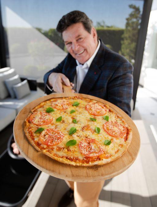 Foto de um executivo do Habib's segurando uma pizza com a nova massa.
