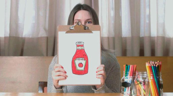 Uma mulher segurando seu desenho do Ketchup Heinz na campanha