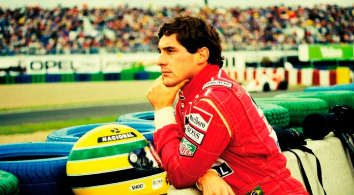 Ayrton Senna observando a pista de corrida. Foto de divulgação para a homenagem da Studio Universal para Ayrton Senna.