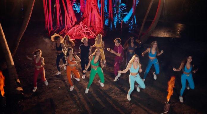 Membros do Now United dançando no clipe