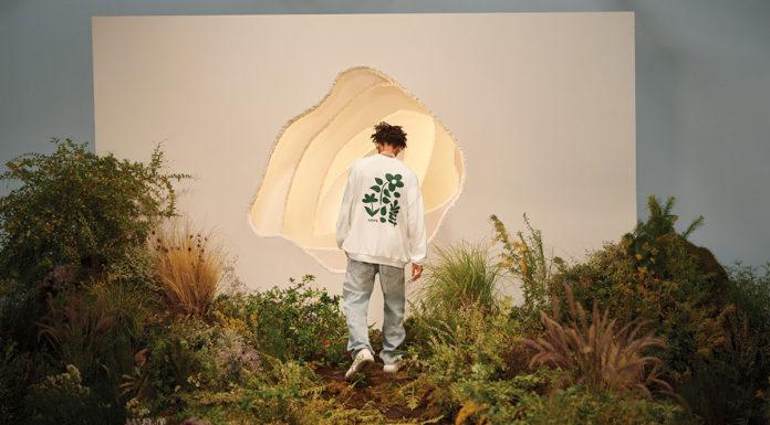 Jaden Smith para a campanha de sustentabilidade da Levi's. Na foto aparece Jaden de costas em meio a um cenário com algumas plantas e um fundo branco.