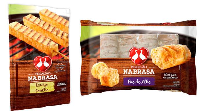 A esquerda o queijo coalho e a direita o pão de alho, ambos acompanhamentos da linha Perdigão Na Brasa.
