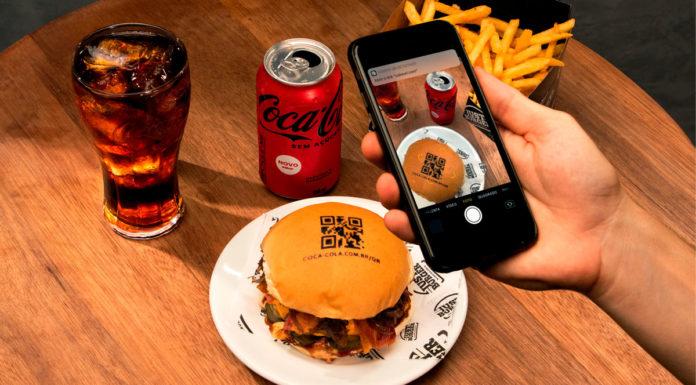 Foto de divulgação da ação da Coca-Cola do QR Code no hambúrguer