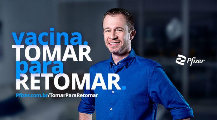 Foto de divulgação da campanha da Pfizer com o Tiago Leifert. A foto apresenta o apresentador e a frase